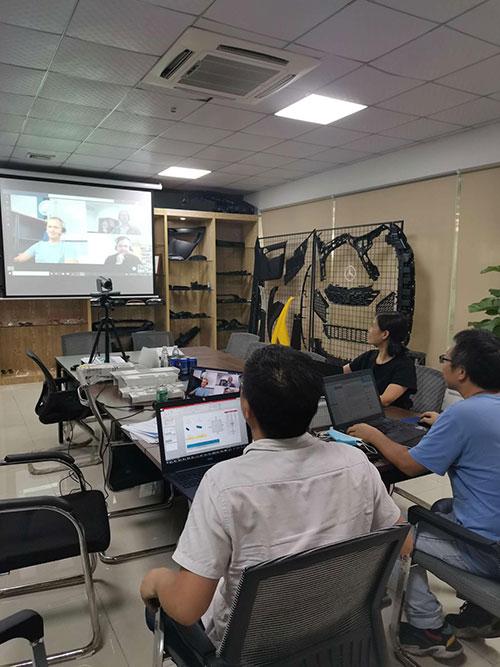Dans la situation épidémique actuelle, nous  discutons les projets avec les clients par vidéoconférence